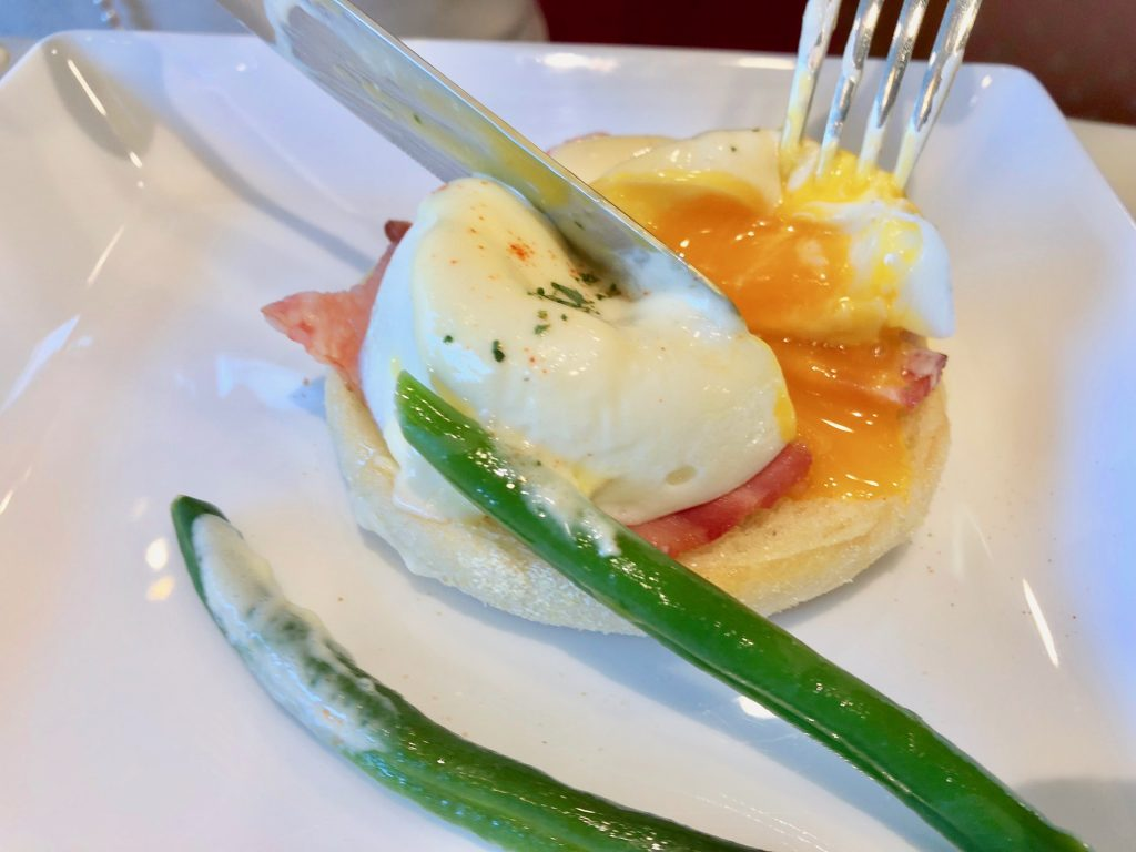 ホテル横浜ガーデン朝食バイキングでエッグベネディクト