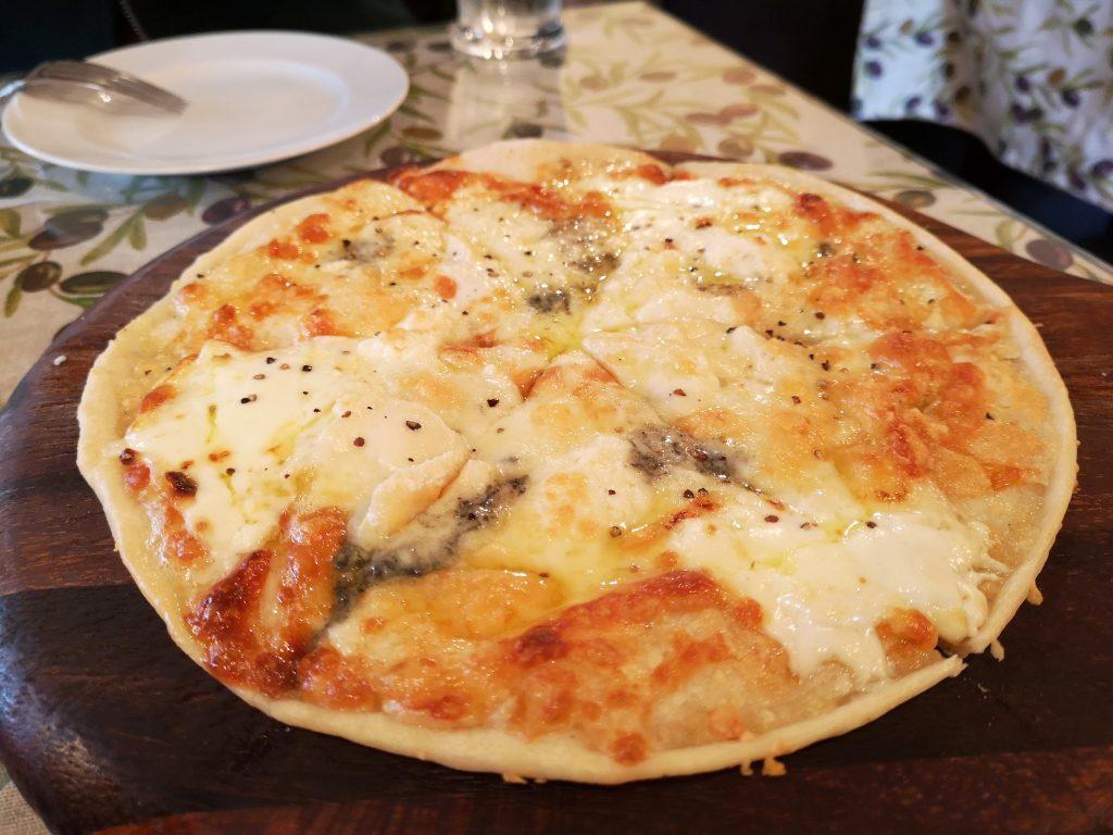 横浜元町商店街チーチョス(CHICHOS)美味しいチーズピザ