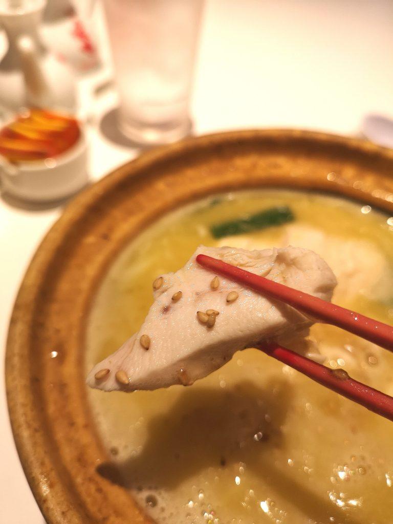 ドラゴン酒家関内店のパイタン麺の鶏肉