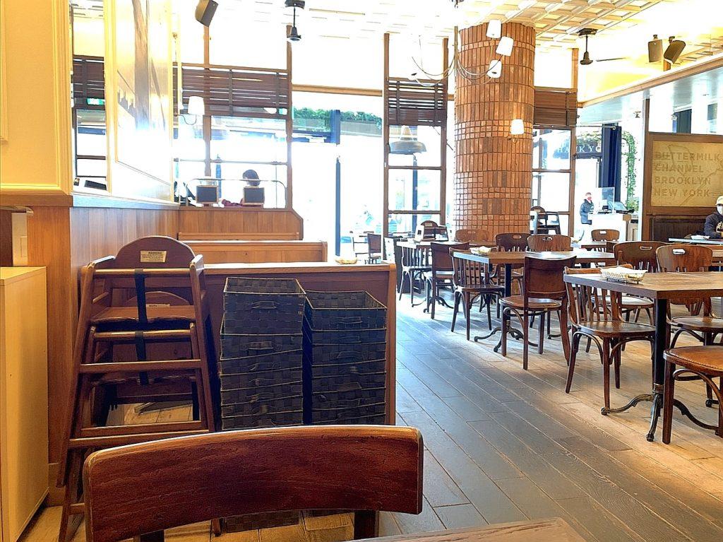 バターミルクチャネル横浜店の店内奥のテーブル席
